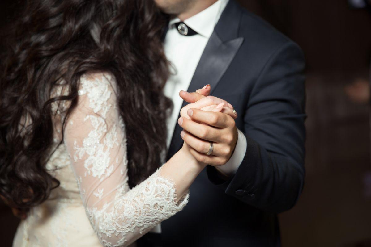 結婚指輪をつけた新郎新婦
