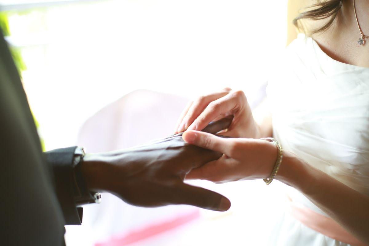 結婚指輪をつけるシーン