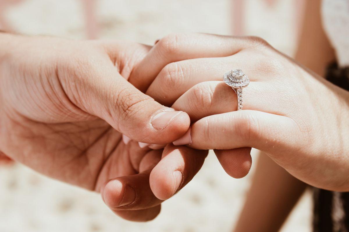 婚約指輪をつけた手