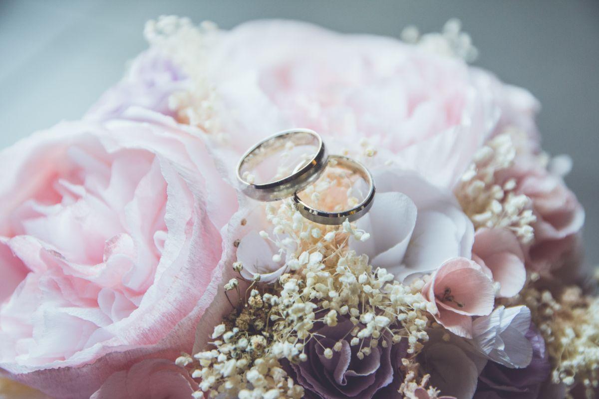 ペアで用意された結婚指輪