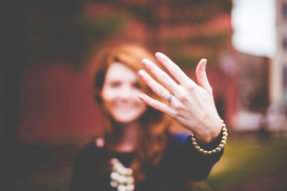 婚約指輪を見せる女性