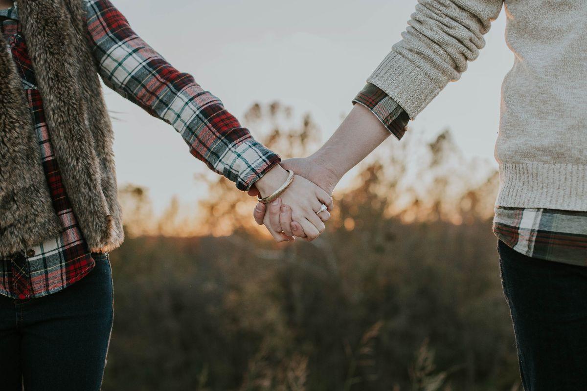 結婚指輪をつけたカップル