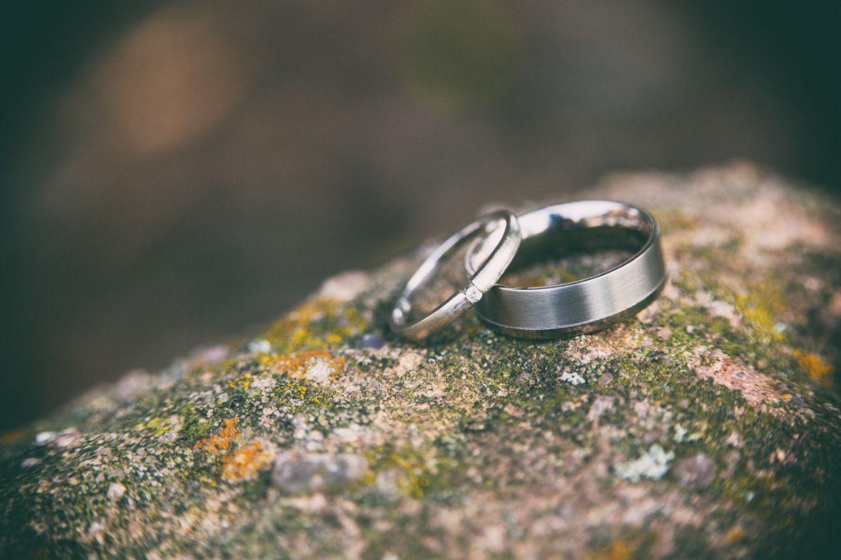 並んだペアの結婚指輪