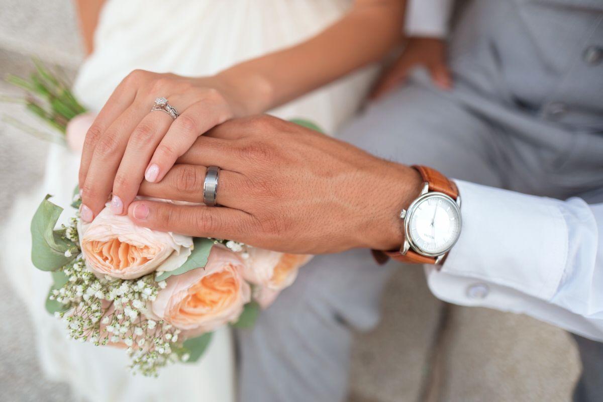 結婚指輪をつけた新郎新婦の手