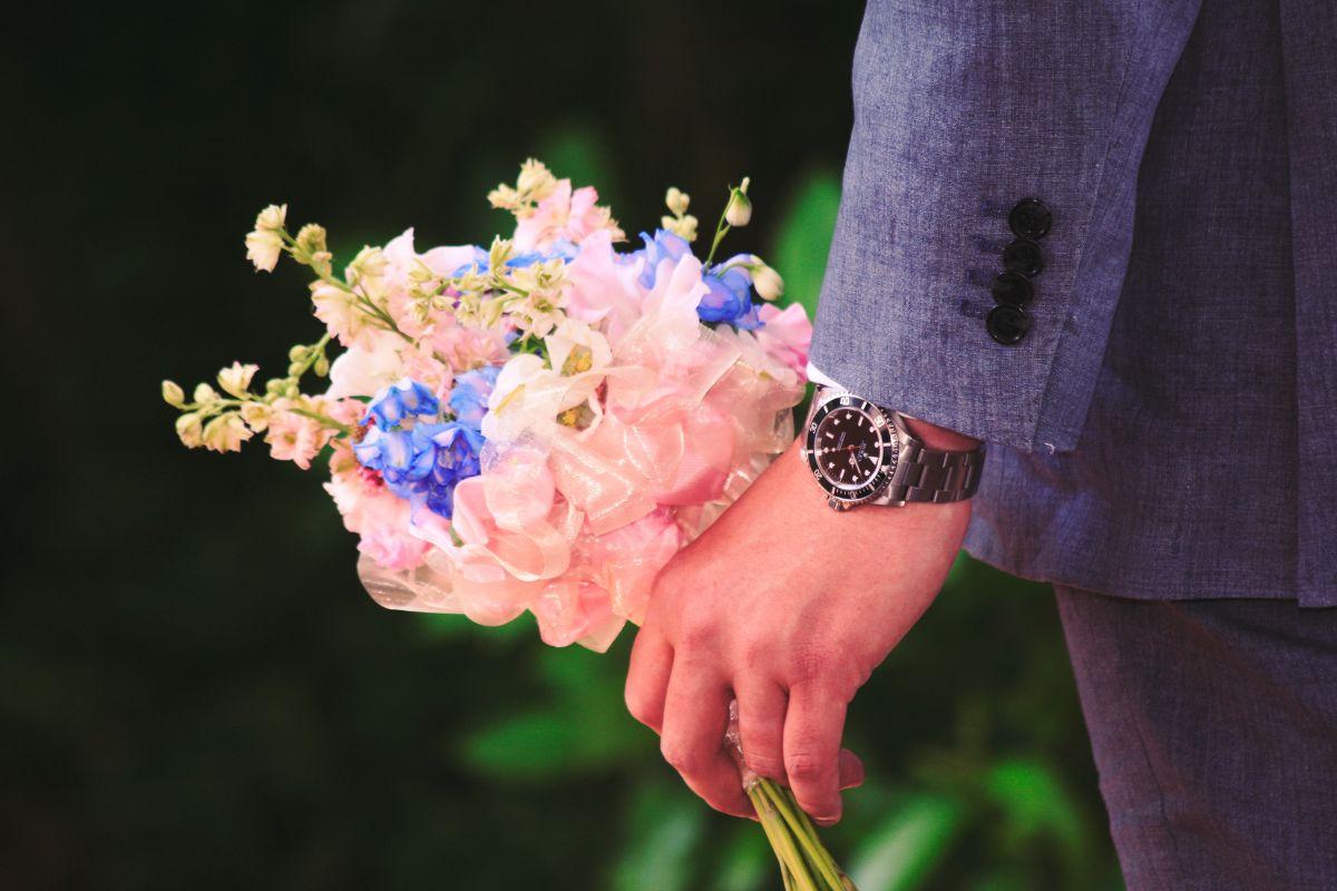 装花を持つ新郎