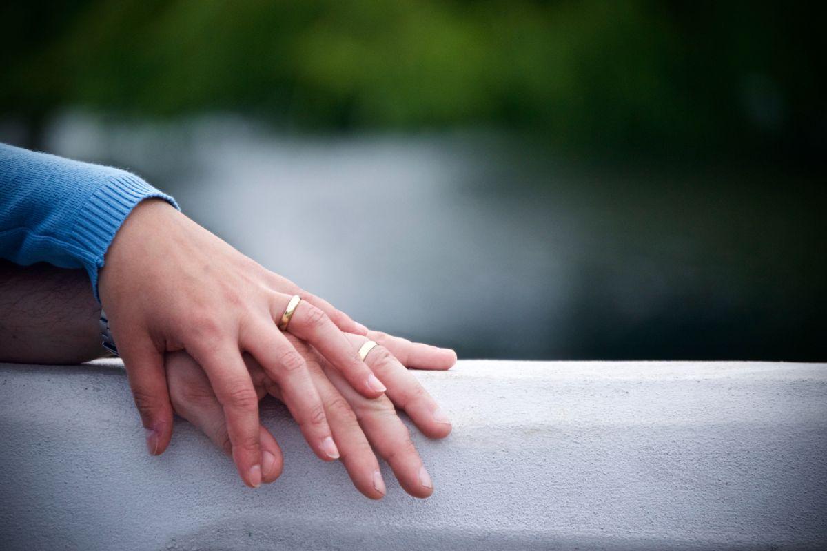 結婚指輪をつけた重ねた手